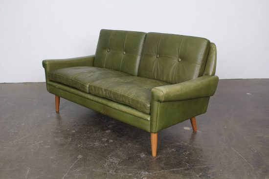 green leather loveseat for a natural impact in a living area leather sofas loveseat. Black Bedroom Furniture Sets. Home Design Ideas