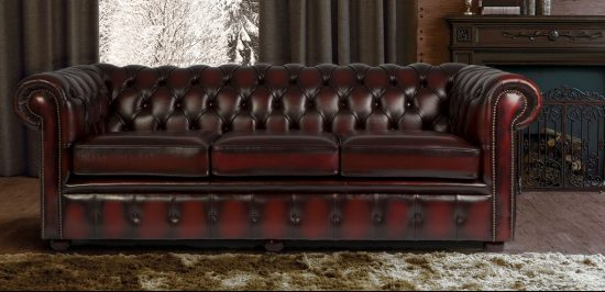 chesterfield sofa find the perfect one for your space using these tips chesterfield sofas. Black Bedroom Furniture Sets. Home Design Ideas
